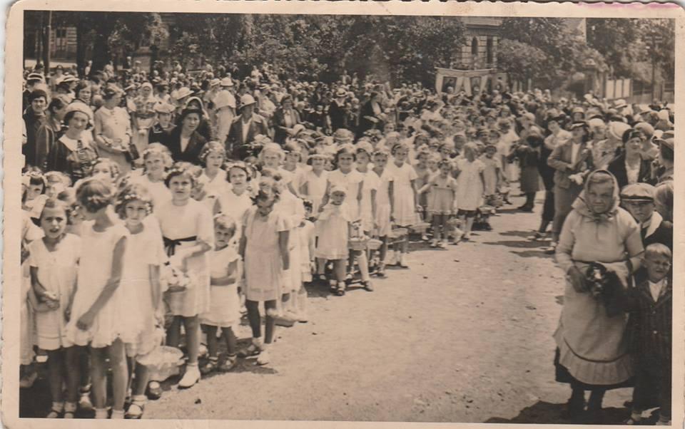 Slavnost Božího těla na Prosecké návsi v roce 1935