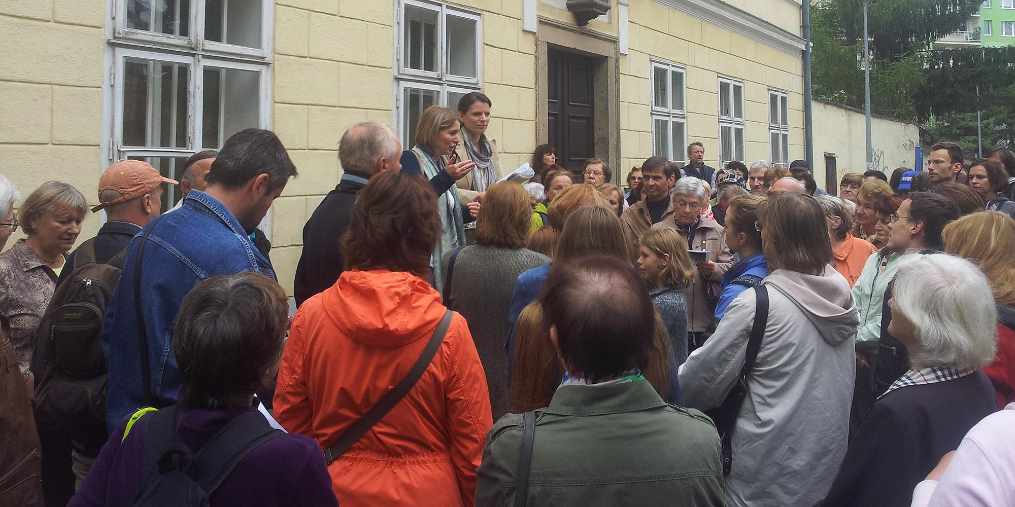 Procházku Starým Prosekem zahájily Renata Klusáková a Eva Červinková